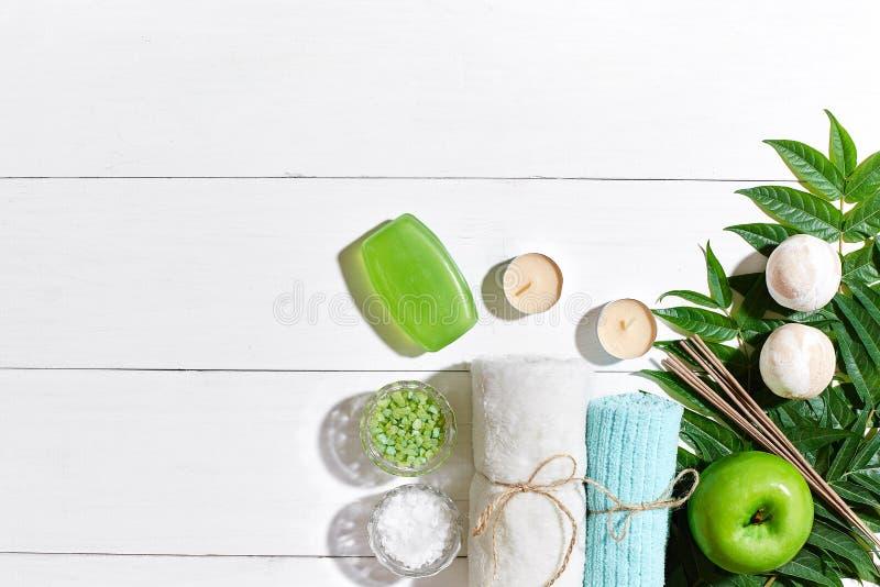 De producten van het kuuroord Badzout, zeep, kaarsen en handdoek Vlak leg op witte houten achtergrond, hoogste mening royalty-vrije stock afbeeldingen