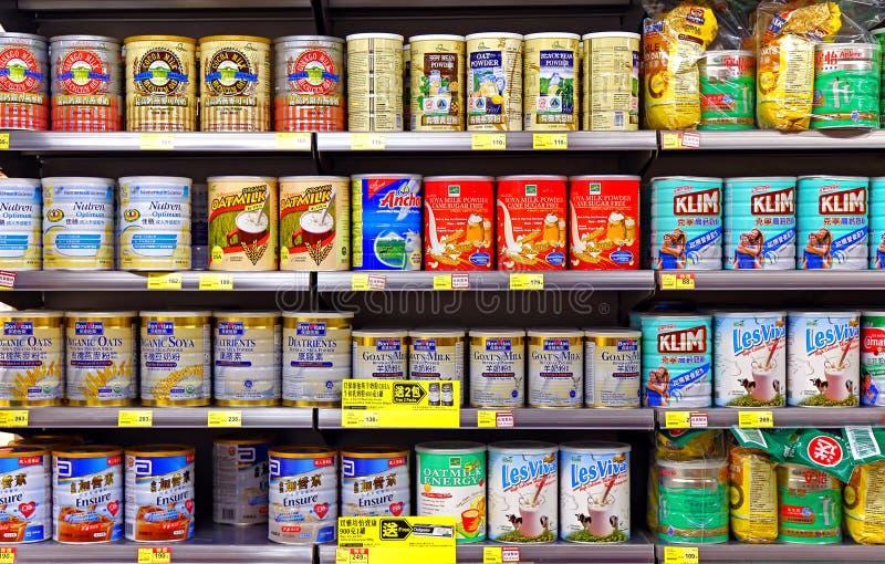 De producten van het melkpoeder bij supermarkt royalty-vrije stock afbeeldingen