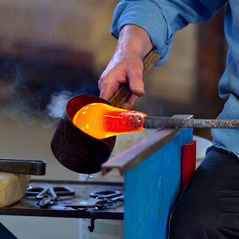 De productie van glas in een traditionele Italiaanse oven royalty-vrije stock afbeelding
