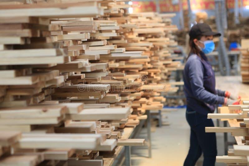 De productie van het acaciapaneel in Vietnam royalty-vrije stock afbeeldingen