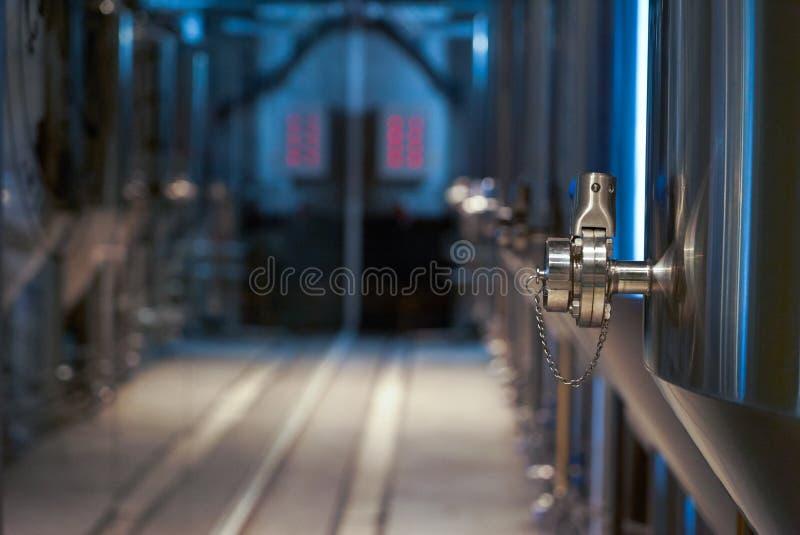 De productie van het ambachtbier in priv? brouwerij, close-up stock foto