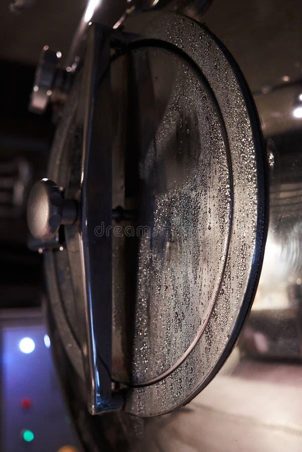 De productie van het ambachtbier in priv? brouwerij, close-up royalty-vrije stock foto