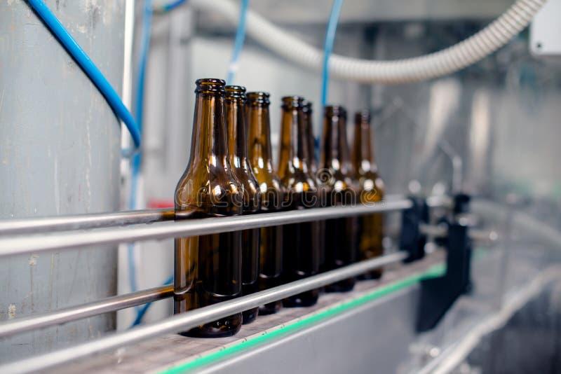 De Productielijn van de bierfles stock afbeelding