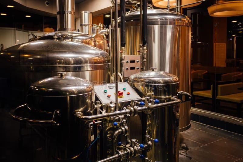 De productielijn van het ambachtbier in kleine priv? brouwerij stock fotografie