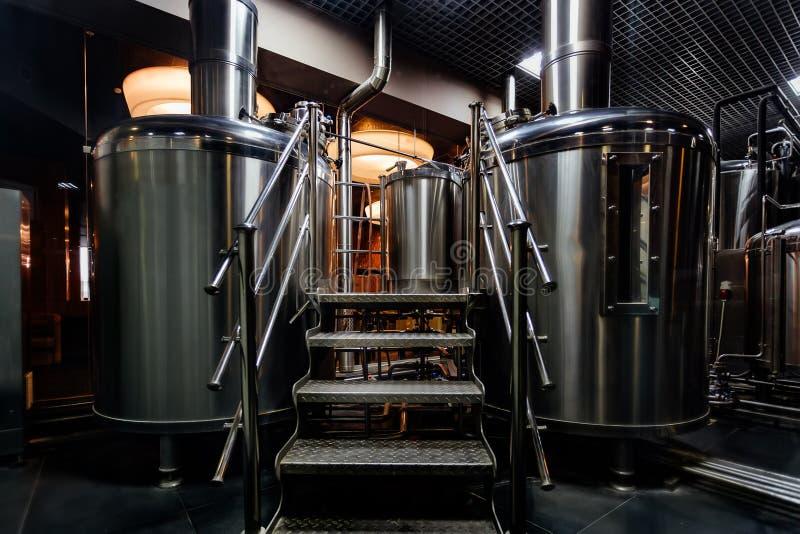 De productielijn van het ambachtbier in priv? microbrewery stock foto's