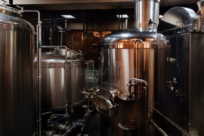 De productielijn van het ambachtbier in priv? microbrewery stock fotografie