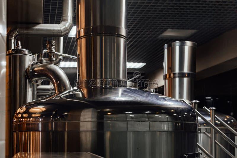 De productielijn van het ambachtbier in priv? microbrewery royalty-vrije stock afbeeldingen