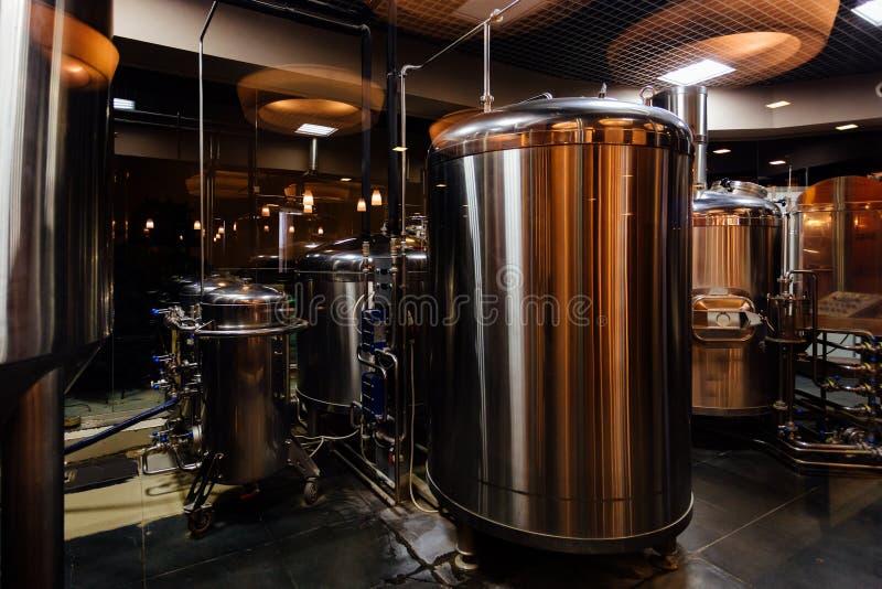 De productielijn van het ambachtbier in priv? microbrewery royalty-vrije stock fotografie