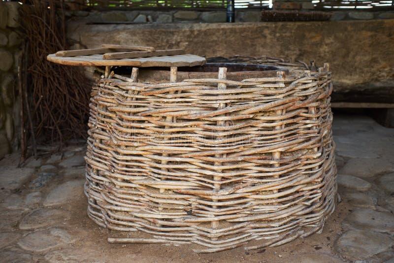 De productietechnologie van de wijnbereidingswijn Volkstraditie van het maken van wijn Wijnproductie in Georgië Oude traditie van stock foto