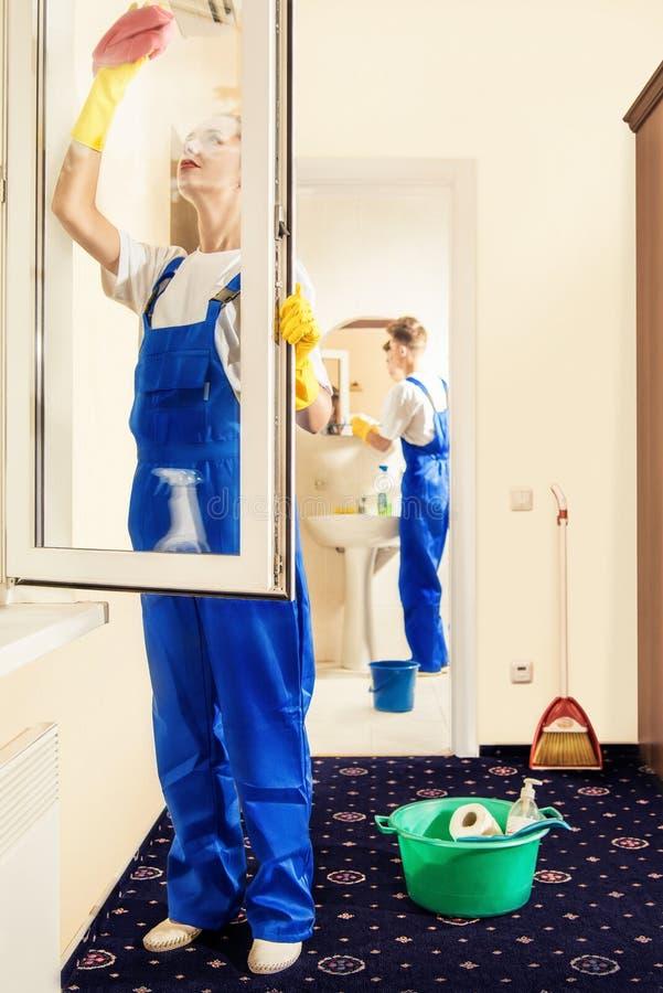 De professionele arbeiders maken vensterglas schoon en maken de lente het schoonmaken royalty-vrije stock foto