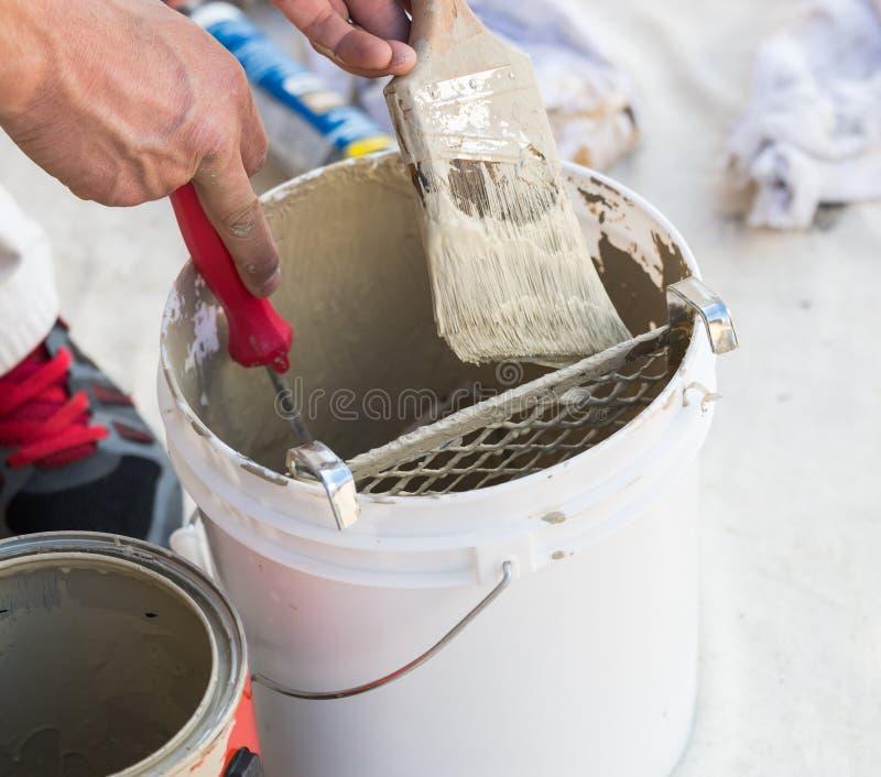 De professionele Borstel van Schildersloading paint onto van Emmer stock fotografie