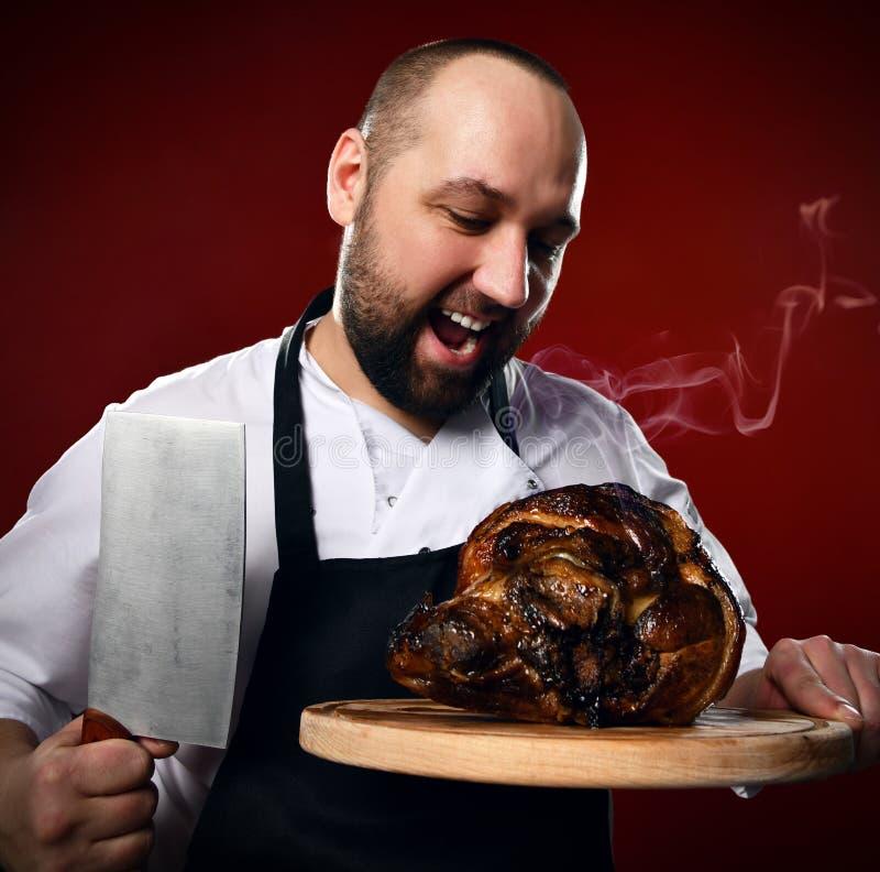 De professionele chef-kok die gaan snijden bereidde enkel het stomen van vlees met een groot mes op keuken van het restaurant voo royalty-vrije stock foto