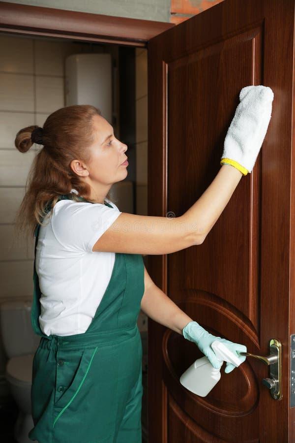 De professionele deur van het portier schoonmakende toilet stock afbeelding