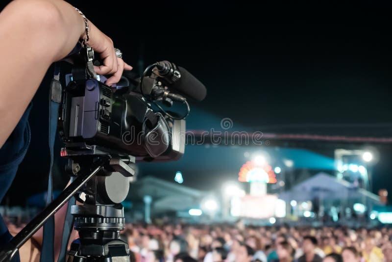 De professionele digitale video van de cameraopname in het festival van het muziekoverleg stock foto's