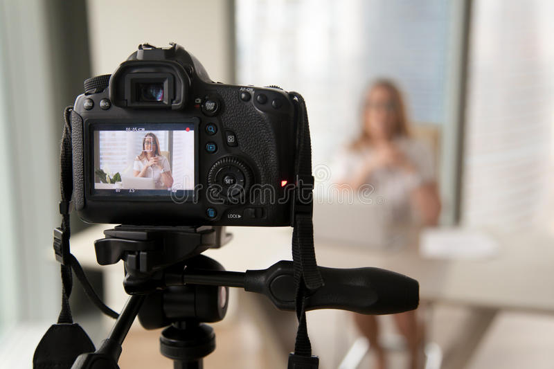 De professionele digitale videoblog van de cameraopname van businesswoma royalty-vrije stock afbeeldingen