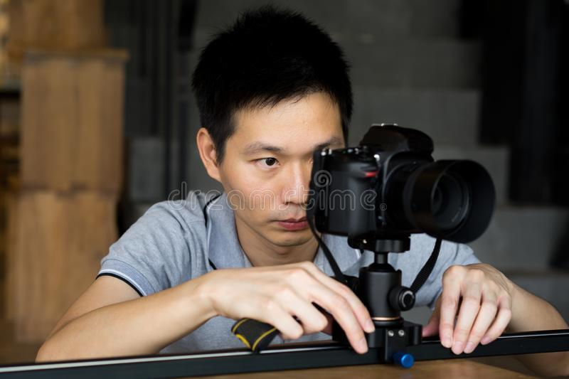 De professionele fotografen schieten videoklemmen en foto stock afbeeldingen