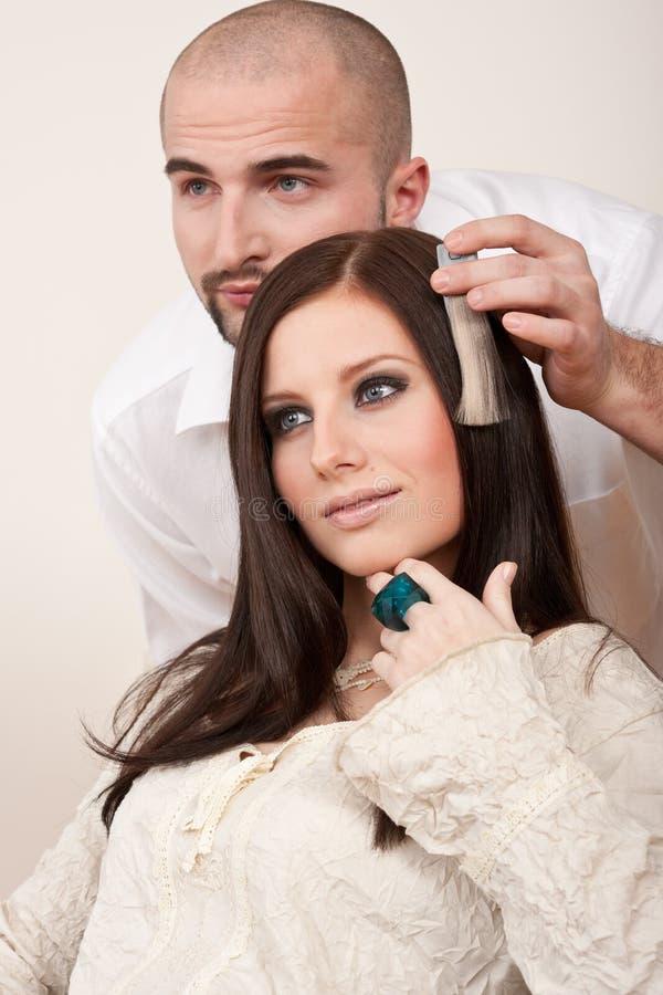 De professionele kapper kiest de kleur van de haarkleurstof royalty-vrije stock afbeeldingen
