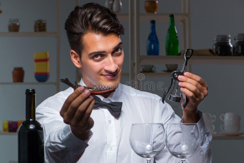 De professionele meer sommelier proevende wijn in restaurant royalty-vrije stock foto