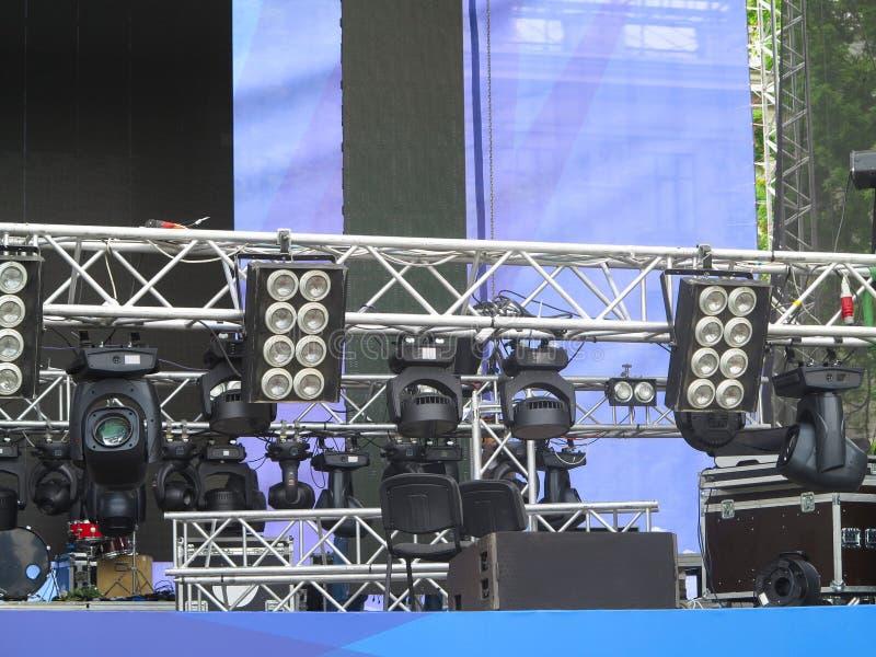 De professionele projectoren van het verlichtingsmateriaal, leidden licht op stadium s stock foto