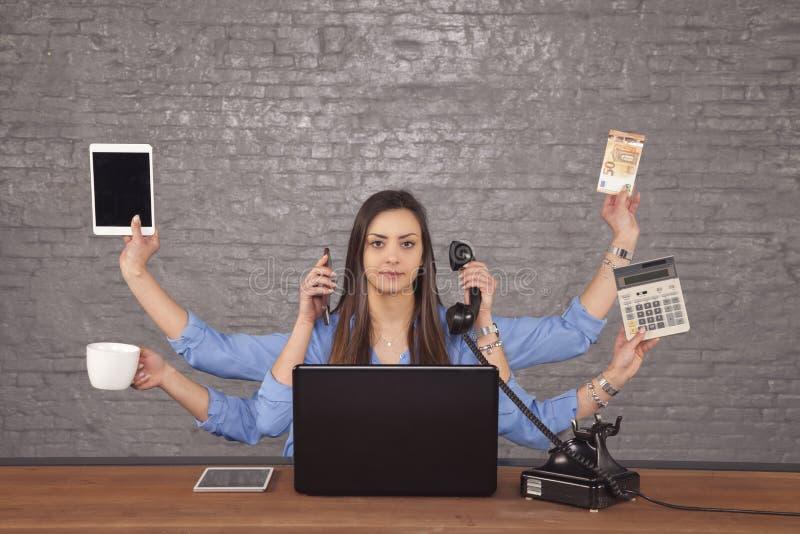 De professionele secretaresse heeft een groot aantal handen, een multi-taak stock afbeelding