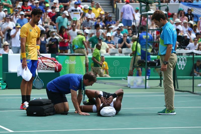 De professionele tennisspeler Dustin Brown van Duitsland heeft medische aandacht tijdens eerste ronde gelijke van Rio nodig 2016  stock afbeeldingen
