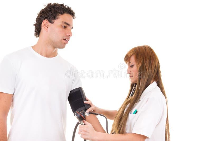 De professionele verpleegster meet de bloeddruk van een patiënt royalty-vrije stock foto