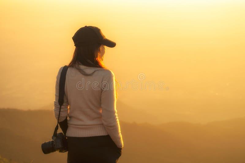 De professionele vrouwenfotograaf ziet de berg stock fotografie