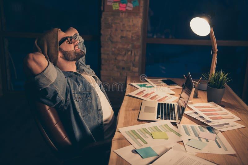 De profielfoto van het ontspannen van het kerelwerk in donkere tijd die één of andere rust slijtage toevallige uitrusting hebben  royalty-vrije stock fotografie