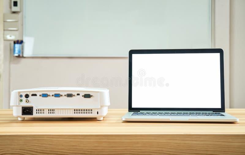 De projector wordt geplaatst op de lijst en werkt met de computer royalty-vrije stock afbeeldingen