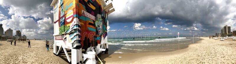 De promenade en de zandige kust van Tel Aviv stock foto's