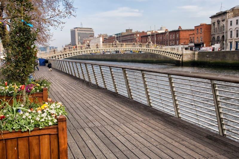 De Promenade van rivierliffey in Dublin stock afbeelding