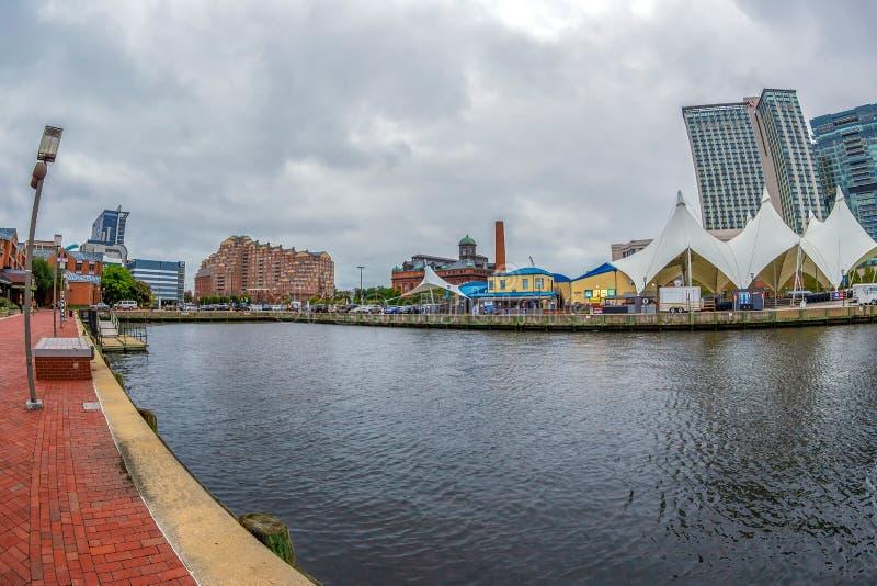 De Promenade van de Waterkant bij de Binnenhaven met grote hoekmening van Potapsco-rivier royalty-vrije stock afbeeldingen