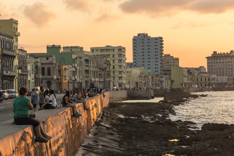 De promenadezonsondergang Havana van mensenmalecon stock afbeeldingen