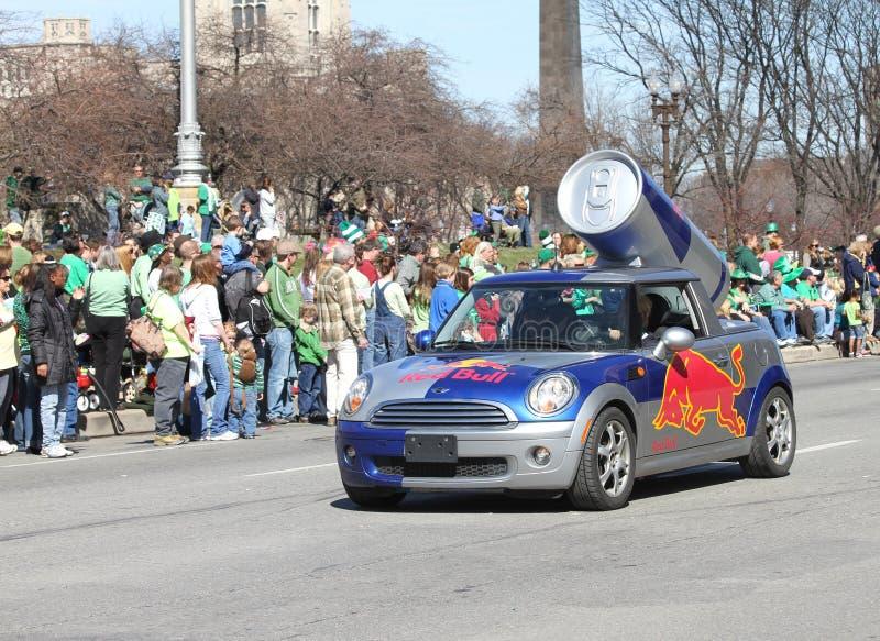 De promotieauto van Red Bull bij Jaarlijkse St Patricks Dagparade stock afbeelding