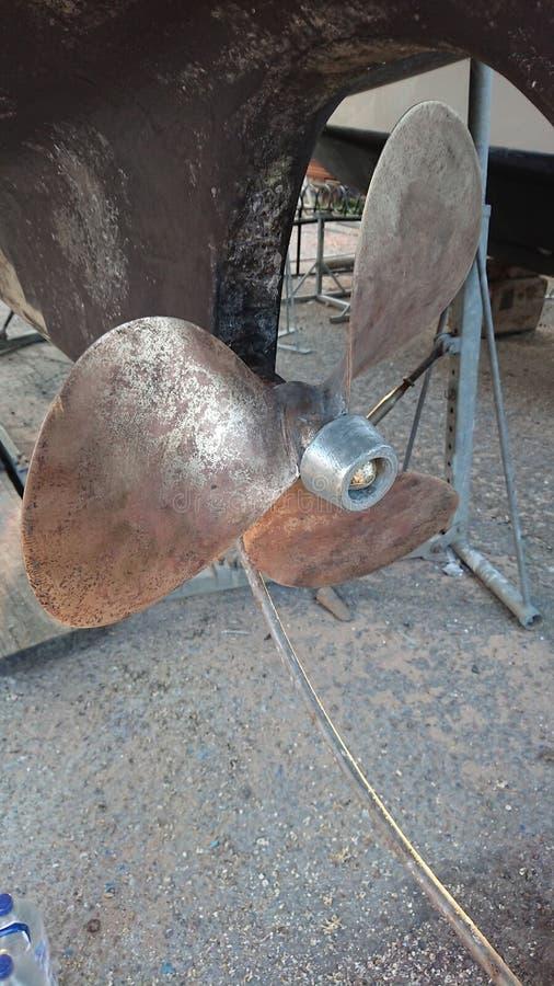 De propeller van het bronsjacht en nieuwe anode royalty-vrije stock afbeelding