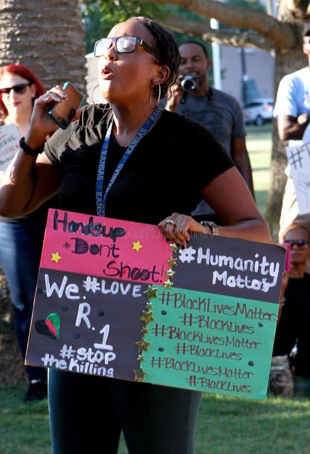 De protesteerder richt de menigte stock foto