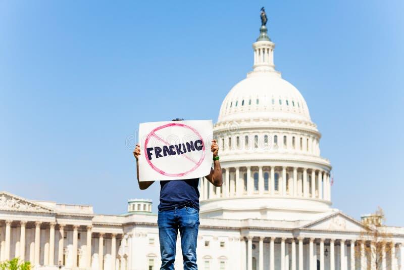 De protesteerderholding ondertekent geen het fracking voor olie of gas royalty-vrije stock foto