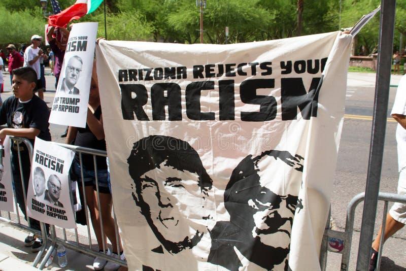 De protesteerders bij de eerste Presidentiële campagne van Donald Trump verzamelen in Phoenix stock foto's