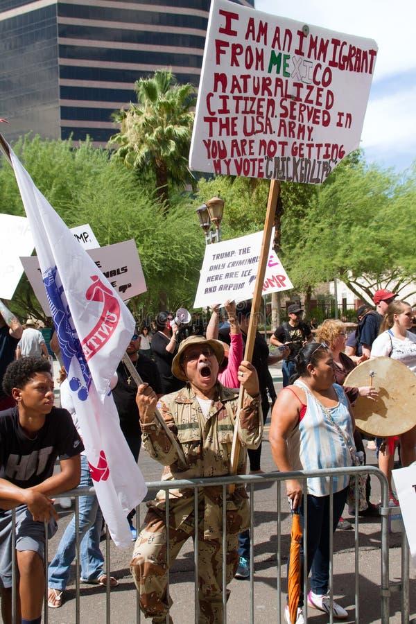 De protesteerders bij de eerste Presidentiële campagne van Donald Trump verzamelen in Phoenix stock afbeelding