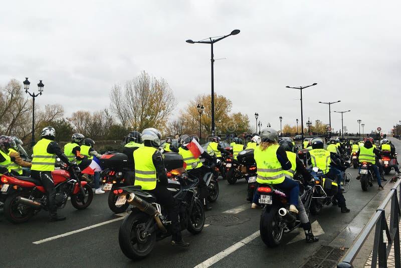 De protesteerders in gele vestenmotorfiets tegen verhogingsbelastingen op benzine en diesel introduceerden regering van Frankrijk stock foto's