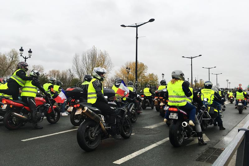 De protesteerders in gele vestenmotorfiets tegen verhogingsbelastingen op benzine en diesel introduceerden regering van Frankrijk stock foto