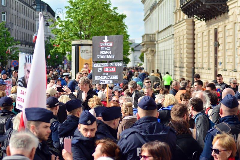 De protesteerders houden anti-anti-polexitaffiches stock foto