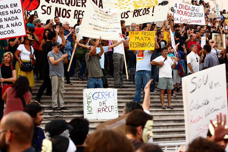 De protesteerders vallen de het parlementstrap binnen stock foto