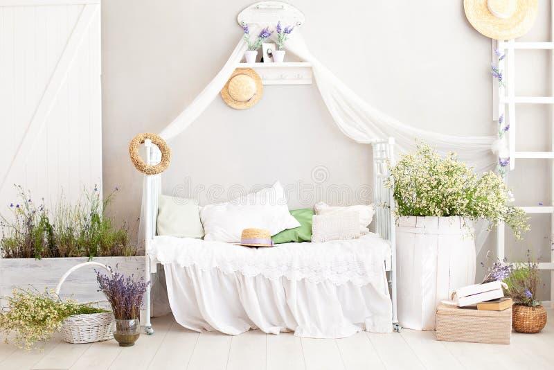 De Provence, rustieke stijl, Lavendel! de witte slaapkamer van het land met houten vloer in retro stijl Sjofel elegant binnenland stock afbeeldingen