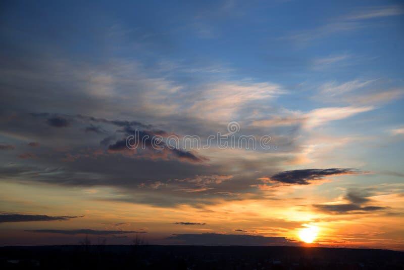 De provinciale stad van de de lentezonsondergang in Rusland stock afbeeldingen