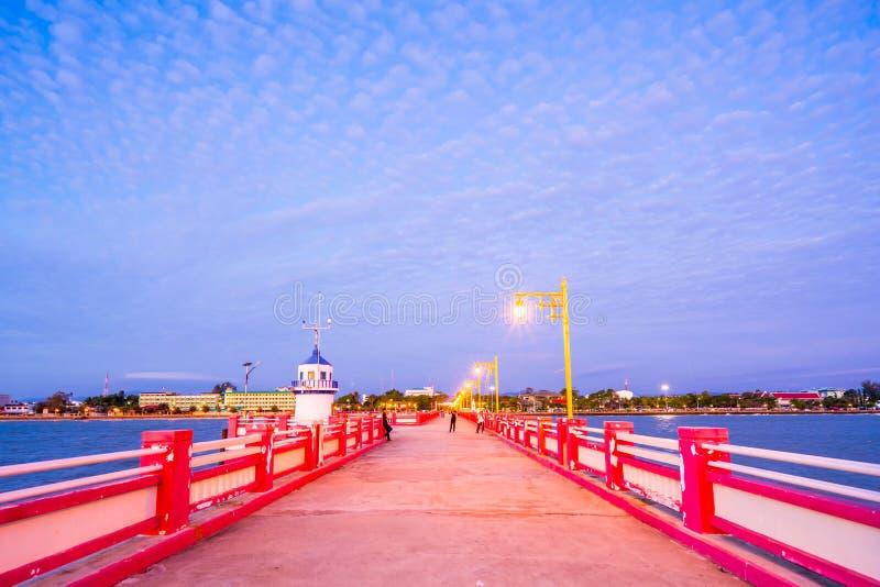 De provincie van Prachuapkhiri Khan, Thailand - December 30, 2017: Het toeristenhorloge de zonsopgang bij Saran Vi T-stukbrug ao  stock foto's