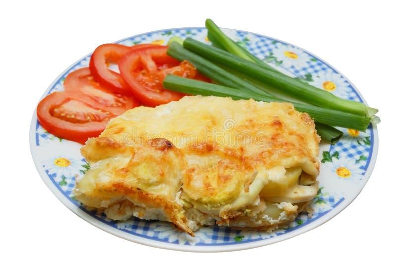 De pudding van de aardappel in de schil met tomaat en de lenteui royalty-vrije stock foto's