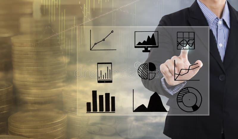De punten van de zakenmanhand aan de strategie van bedrijfsgrafiekfinanciën stock fotografie