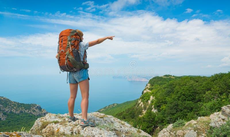 De punten van de meisjeswandelaar aan de horizon stock fotografie