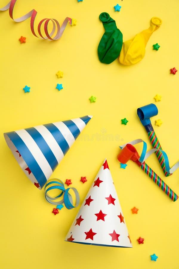 De punten van de verjaardagspartij op een gele achtergrond royalty-vrije stock afbeelding